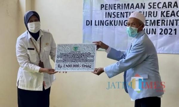 Kepala Dinas Pendidikan Kota Batu Eny Rachyuningsih memberikan insentif kepada guru keagamaan secara simbolis di Sekretariat Guru TPQ Kota Batu. (Foto: istimewa)