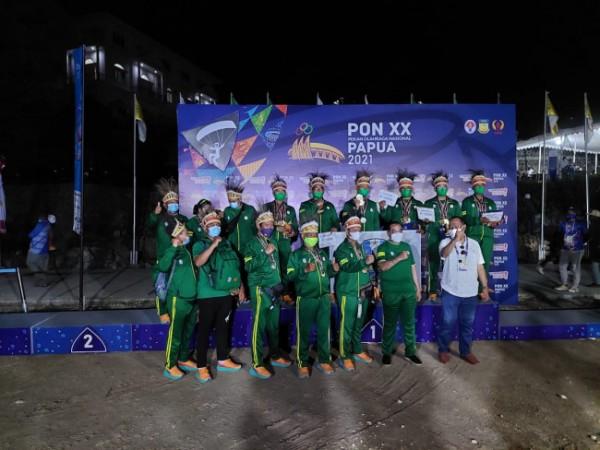 Para atlet parayang Jatim saat naik podium di PON XX Papua. (Foto: istimewa)