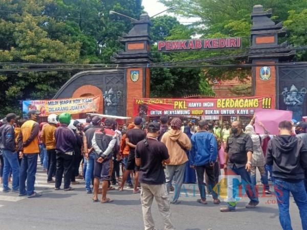 Para pedagang saat menggelar aksi unjuk rasa.(eko arif s/Jatimtimes)
