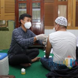 Polres Sampang Gandeng Kiai Muda  Gelar Vaksinasi