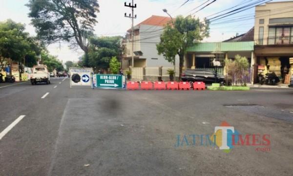 Pembatas jalan menuju ke Alun-Alun Kota Batu ditutup. (Foto: Irsya Richa/MalangTIMES)