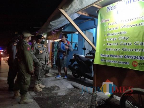 Satpol PP Kabupaten Malang saat melakukan operasi di sekitar sempadan saluran sekunder Kedungkandang, Desa Gondanglegi Kulon beberapa waktu lalu.(Riski Wijaya/MalangTIMES).