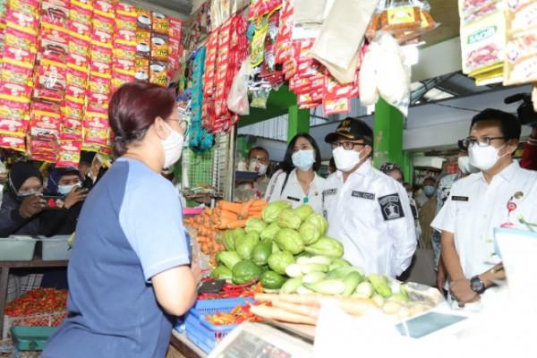 Wali Kota Malang Sutiaji (bertopi hitam) saat mengunjungi salah satu pasar rakyat di Kota Malang. (Foto: Istimewa).