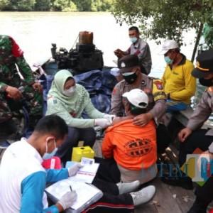 Jemput Bola, Nakes dan TNI-Polri Blusukan ke Dermaga Vaksinasi Nelayan
