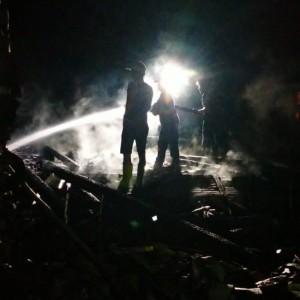 Kebakaran jelang Tengah Malam Ludeskan Rumah Warga Ngawi,  Kerugian Ratusan Juta