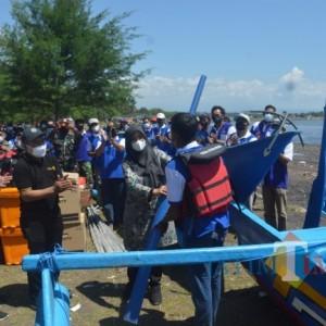 Bupati Banyuwangi Serahkan Bantuan Kapal Penangkap Ikan