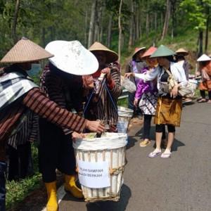 Safari Sampah di Kota Batu, Ratusan Warga Gunakan Pakaian Adat Jawa Sambil Memikul Keranjang