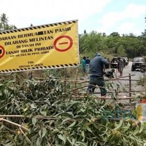 Jalan Tambang di Lumajang Ditutup Warga Yang Mengaku Sebagai Pemilik Tanah