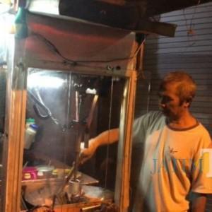 Pantang Menyerah, Penjual Nasi Goreng di Kota Malang Gunakan Mesin Pengaduk Masakan Gantikan Tangan yang Patah