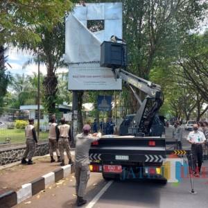 Bapenda Kota Malang Turunkan 12 Reklame, Tunggak Pajak Rp 276 Juta