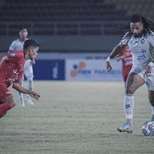 Pelatih Arema FC Fokus ke Permainan Minta Abaikan Insiden Pelemparan Bus