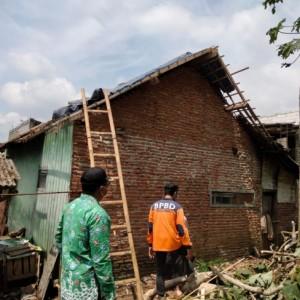 Hujan Deras Disertai Angin Kencang, Rumah Warga Kota Batu Tertimpa Pohon Tumbang