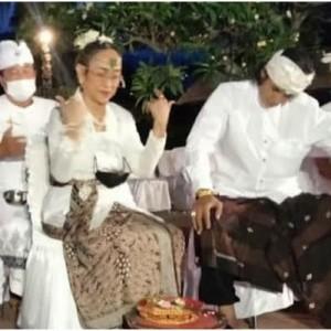 Berkebaya Bali, Sukmawati Soekarnoputri Jalani Ritual Pindah Agama Hindu
